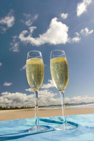 bouteille champagne: Deux verres de champagne plus de ciel bleu  Banque d'images