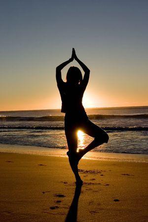 joga: Woman meditating at sunrise Stock Photo