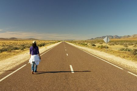 walking alone: Mujer caminar por s� solo