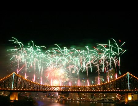 cel: Fuochi d'artificio con copyspace nella parte superiore .. Shot a Story Bridge durante River Festival  Archivio Fotografico