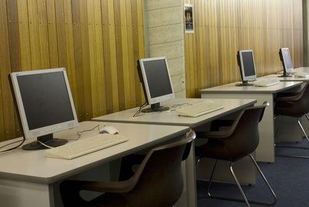 scholars: Los ordenadores utilizados para buscar el cat�logo de la biblioteca  Foto de archivo