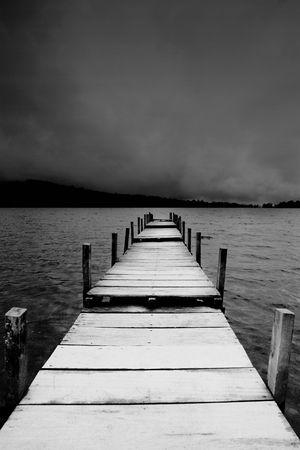 perspectiva lineal: Embarcadero en negro y blanco