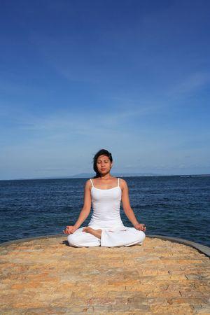 mujer meditando: Mujer meditating en la playa