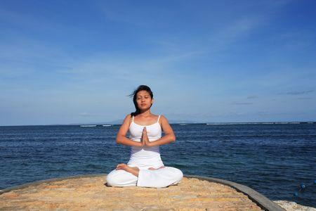 mujer meditando: Mujer meditando en la playa