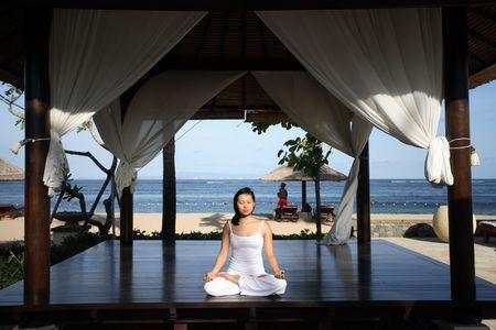 mujer meditando: Mujer meditating dentro de un gazebo