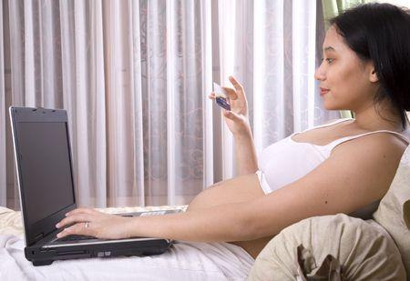net surfing: Tenuta incinta della donna una carta di credito che surfing la rete