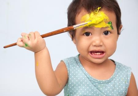 infante: Ni�o jugando con un pincel y pintura
