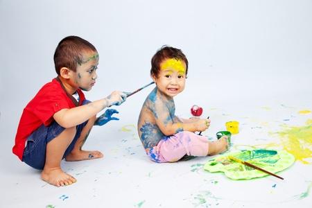 dirty girl: Prescolare giocando con vernice Archivio Fotografico