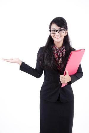 expert comptable: Femme d'affaires asiatique montrant copyspace. Pr�sentation. Isol� sur fond blanc.