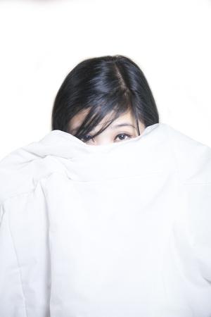ojos llorando: Aterrorizada mujer bonita asiática se cubre el rostro con su manto