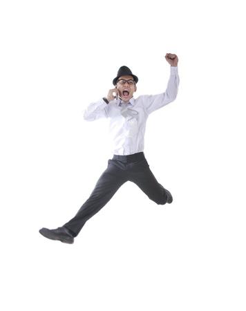 exitacion: Hombre de negocios con el sombrero en el salto de teléfono aislado en blanco