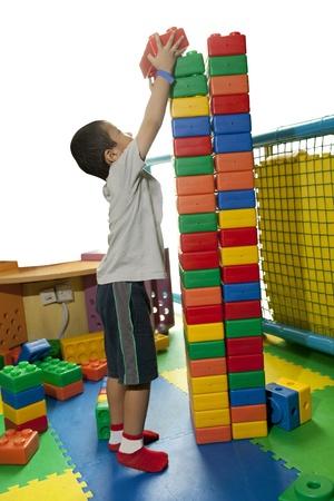 어린 소년 심각 타워 블록을 구축
