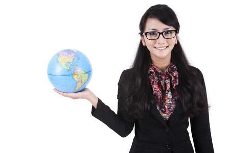 mapa china: Aislado empresaria asi�tica sosteniendo un globo en el fondo blanco