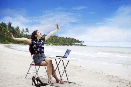 fiestas electronicas: Feliz empresaria asi�tica de trabajo al aire libre
