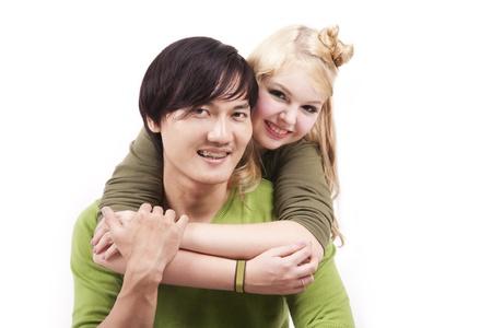 couple mixte: Isol� jeune couple mixte sur fond blanc