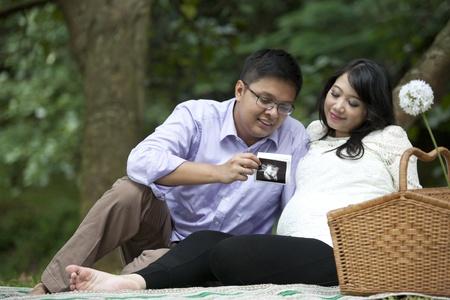 sonograma: Pareja joven busca a su ecografía de su bebé antes de nacer