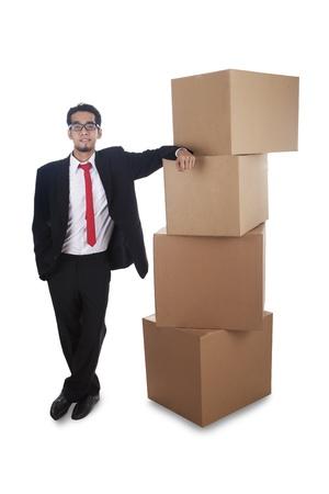 over packed: Hombre de negocios con cajas de cart�n llenas sobre un fondo blanco Foto de archivo