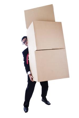 levantar peso: Un hombre de negocios llevando cajas pesadas tomadas en el estudio aislado sobre fondo blanco