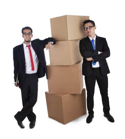 over packed: Uomini d'affari con scatole di cartone confezionati su uno sfondo bianco