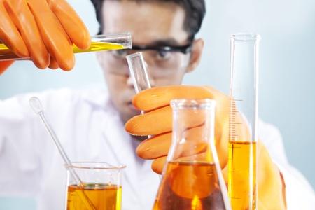 industria quimica: Un cient�fico est� haciendo su laboratorio de investigaci�n qu�mica Foto de archivo