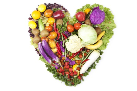 nutrici�n: Coraz�n de frutas y verduras frescas. Tirado en estudio sobre fondo blanco