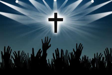 alabando a dios: silueta de las manos adorando con una silueta de la cruz Foto de archivo