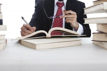 Zakenman maakt een handschrift op het boek opgenomen in de studio