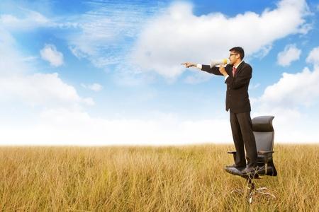hombre megafono: Empresario gritando a trav�s de meg�fono y apuntando hacia el espacio