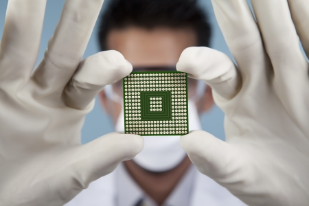 circuito integrado: Un cient�fico de la exhibici�n de un chip de computadora de cerca