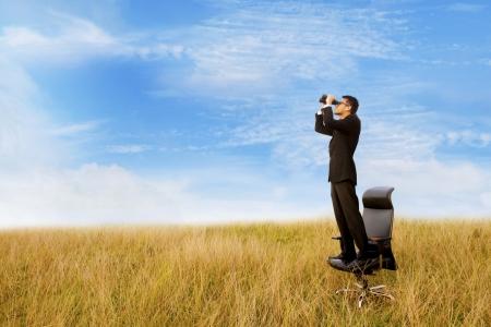 キャリア: ビジネスの男性と将来の双眼鏡 写真素材
