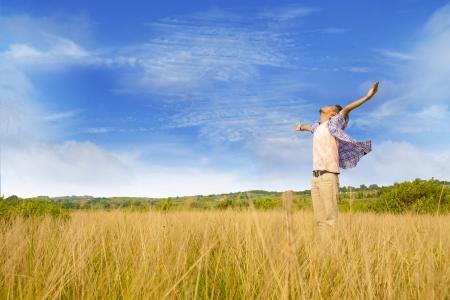 dicséret: Férfi imádja isten lőttek sárga fű