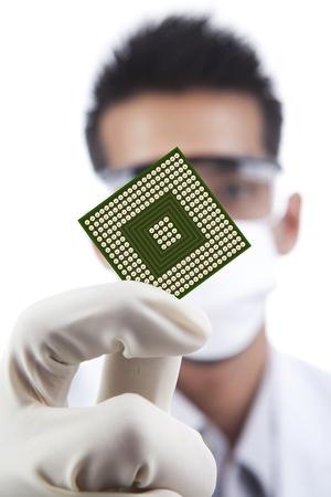 Científico que muestra un ordenador microchip