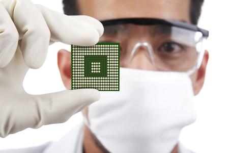 Científico sosteniendo un microchip de ordenador