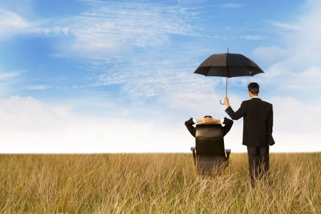 Страховой агент в поле, давая вам лучшей защитой везде Фото со стока