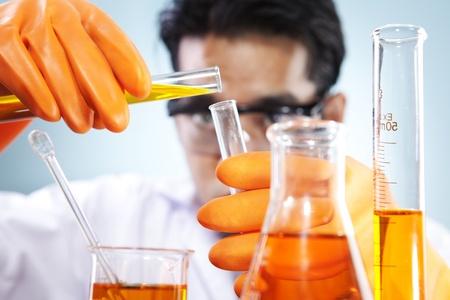 material de vidrio: Cient�fico est� haciendo su laboratorio de investigaci�n qu�mica