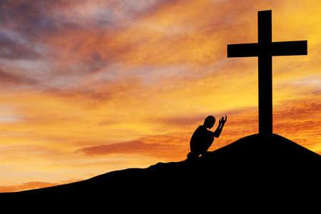 ひざまずく: キリスト教の背景: サンセットsunsrise で十字架の下で祈りの男のシルエット