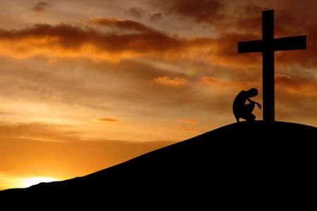 pardon: Silhouette de la pri�re se plier � la croix pour faire une confession
