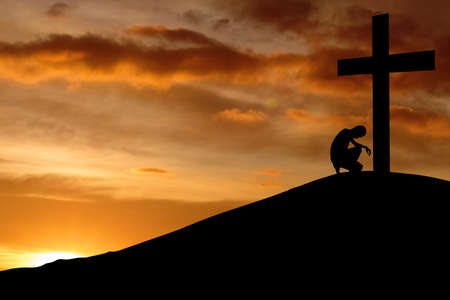 personas orando: Silueta de la oración doblar a la cruz para hacer una confesión