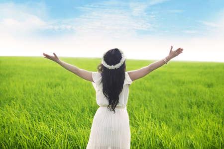 loas: Libertad: Mujer con los brazos abiertos disfrutando de la vista