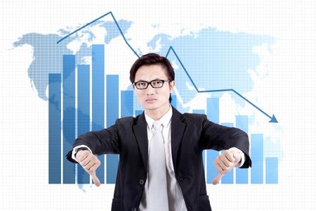 mapa china: Hombre de negocios que muestran los pulgares hacia abajo con un mapa del mundo y el gráfico con la flecha apuntando hacia abajo crisis financiera Foto de archivo
