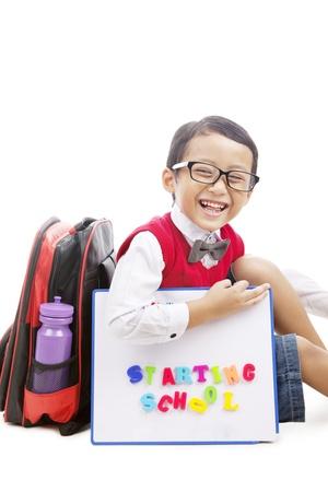 escuela primaria: Retrato del estudiante de la escuela primaria con el bolso y tablero de dibujo listo volver a la escuela