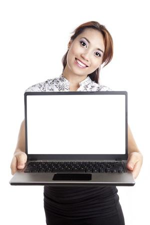laptop asian: Joven empresaria asi�tica mostrando una copia espacio vac�o en la pantalla del ordenador port�til Foto de archivo