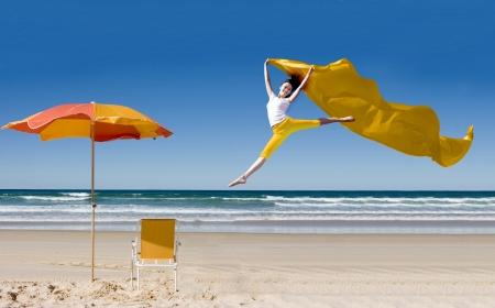 scarf beach: Mujer asi�tica feliz saltando en la playa tropical