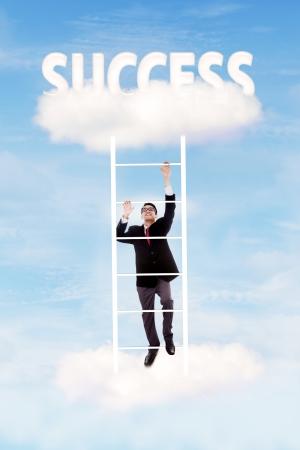 escaleras: Hombre de negocios asciende hacia arriba en la escalera de la nube para obtener el �xito