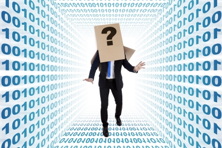 persona confundida: Clueless hombre de negocios con signo de interrogación buscando la manera en binario callejón