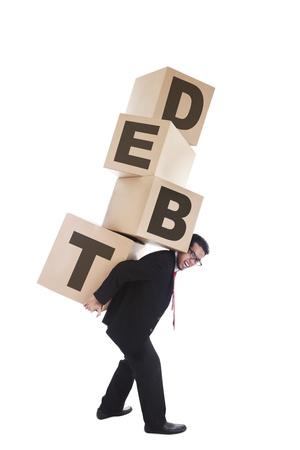 schuld: Faillissement concept: zakenman uit zaken die zware dozen die schulden van de ondernemingen