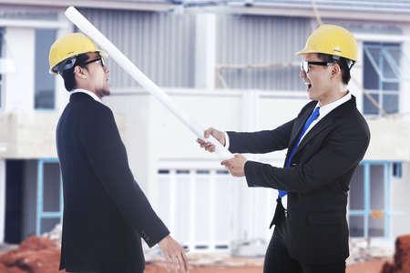 business rival: Desacuerdo de actividad: un ingeniero golpear a sus rivales con planos dispararon lugar de trabajo al aire libre