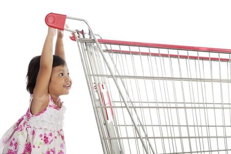 carretilla de mano: Lindo carro niña asiático empujando un disparo en el estudio aislado en blanco Foto de archivo