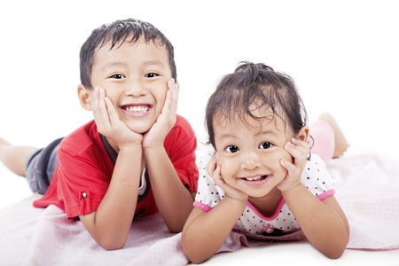 Leuke Aziatische sibling poseren op een witte achtergrond. geschoten in de studio
