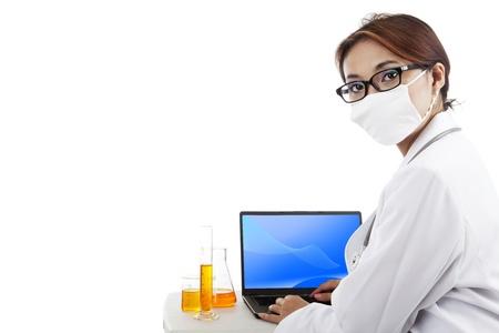 Maschera che indossa Scientist fare ricerca lavoro sul computer portatile. Isolato su bianco